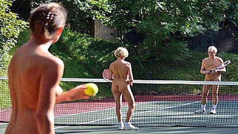 Félnek a megfigyeléstől a nudista klub teniszezői