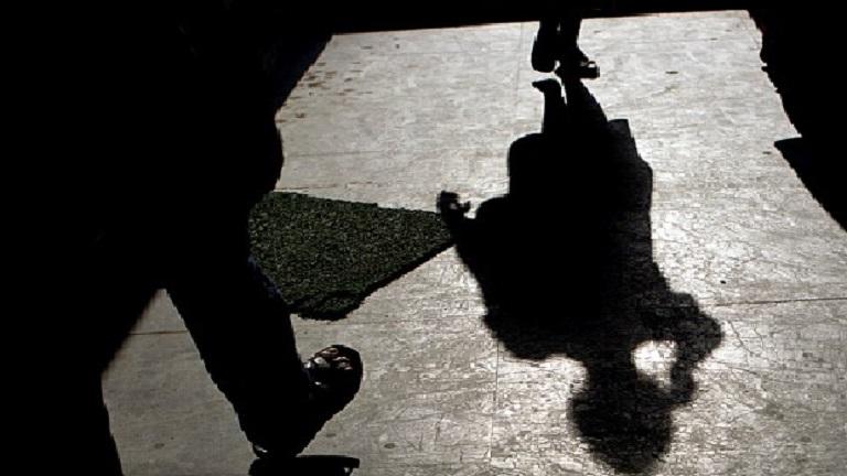 Egy épület főbejáratában erőszakolták meg a 26 éves lányt