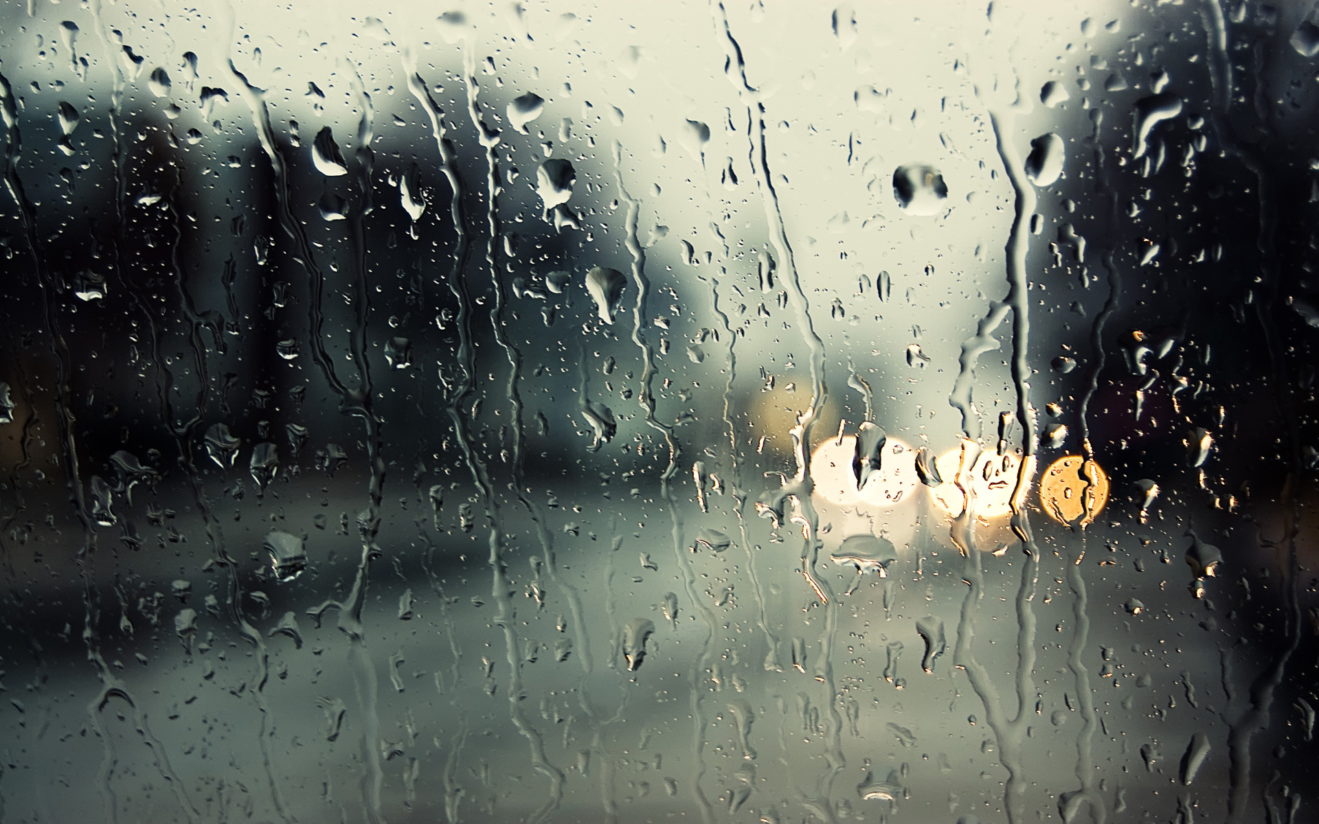Esővel és kettősfronti hatással jön a hétvége