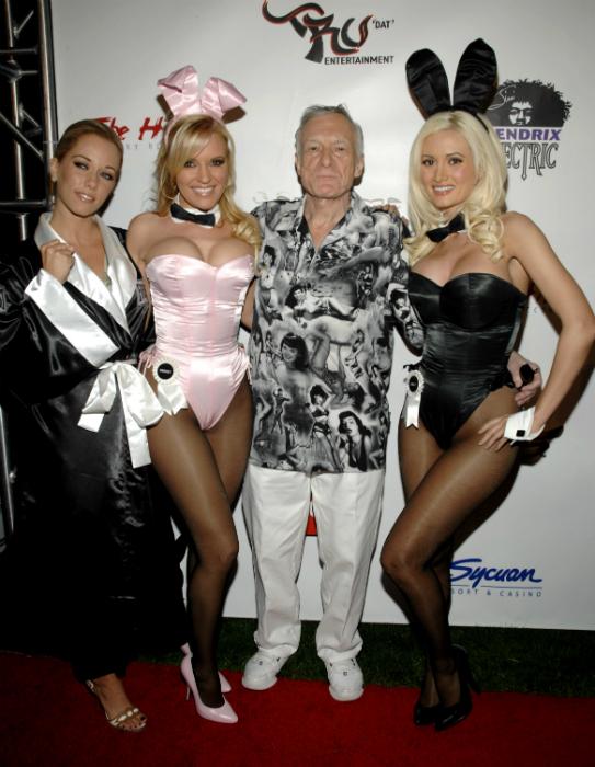 Kendra, Bridget és Holly nyuszinak öltözve kísérte el Hugh Hefner