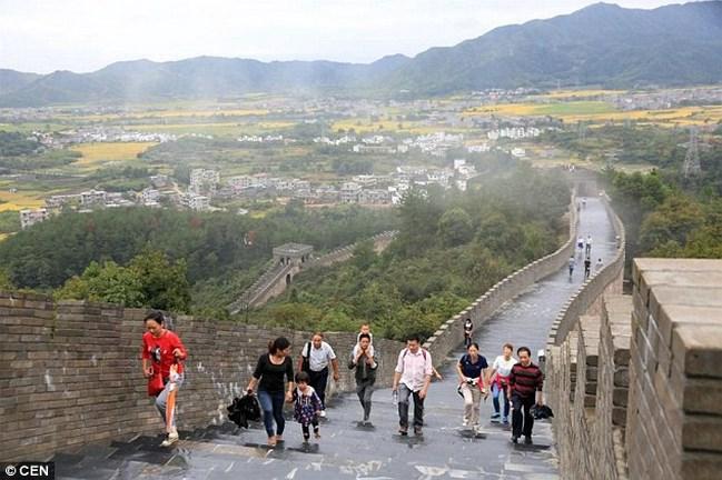 Kamu Kínia nagy falat látogatnak a turisták