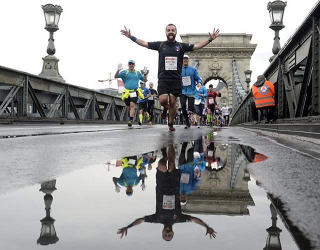 A 30. Spar Budapest Maraton résztvevői futnak a Láchídon 2015. október 11-én. MTI Fotó: Kovács Tamás