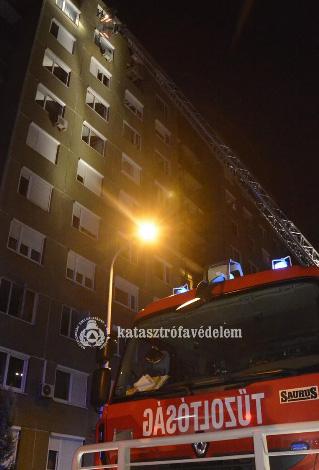 Kigyulladt egy pesti panelház liftje – 20 embert menekítettek ki
