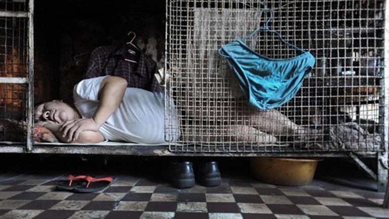 A nyomor legalja: több ezren laknak ketrecben Hongkongban