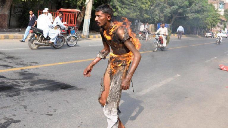 Elkeseredettségében élő tűzgolyóvá változtatta magát a pakisztáni férfi
