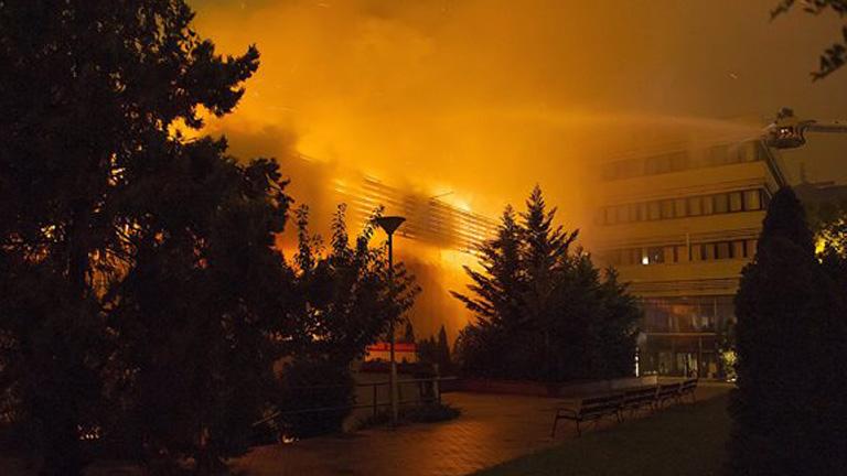 A háromezer négyzetméteres csarnok teteje beomlott, a létesítmény használhatatlanná vált. MTI Fotó: Lakatos Péter