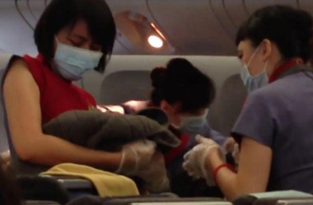 9 ezer méter magasan, a repülőn hozta világra gyermekét