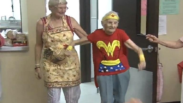 Szuper születésnap: csodanőnek öltözött a 103 éves nő