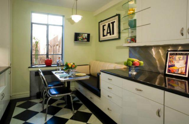 A fekete-fehér kockás járólap a színes hűtő mellett ugyancsak alapdarab egy retró stílusú konyhában