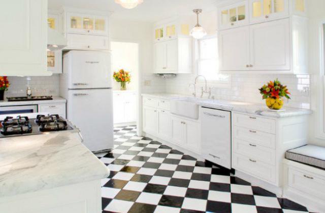 A teljesen fehér retró konyhát feldobja a fekete-fehér járólap