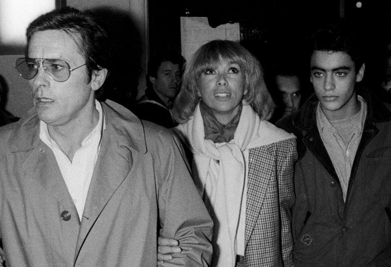 Alain Delon és Mireille Darc, gyermekükkel Anthonyval