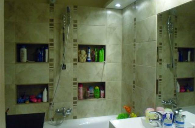 Lehetünk előreláthatóak: ha tudjuk, hogy nem lesz túl nagy a fürdőszobánk, akkor falba épített szekrényekkel is feldobhatjuk a helyiséget
