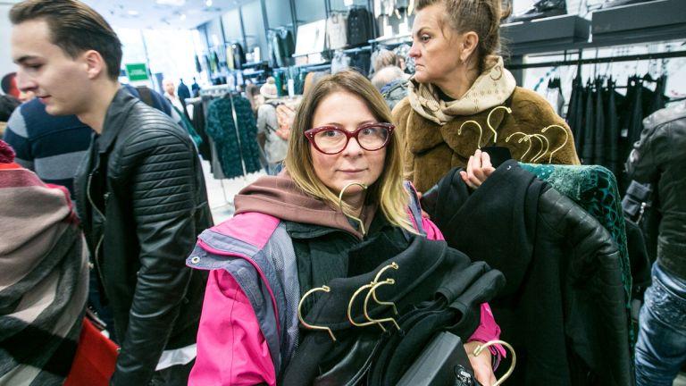Tömegbunyó a ruhaboltban: így vásárolnak a mohó sznobok
