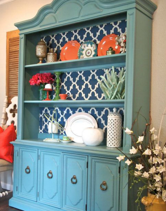 A tapétát a konyhaszekrény mögé is felhelyezhetjük, így egyedi mintával egészíti ki a szekrényünket