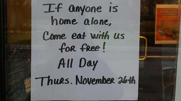 Egy étterem ingyen hálaadási vacsorát kínál a magányos vendégeknek