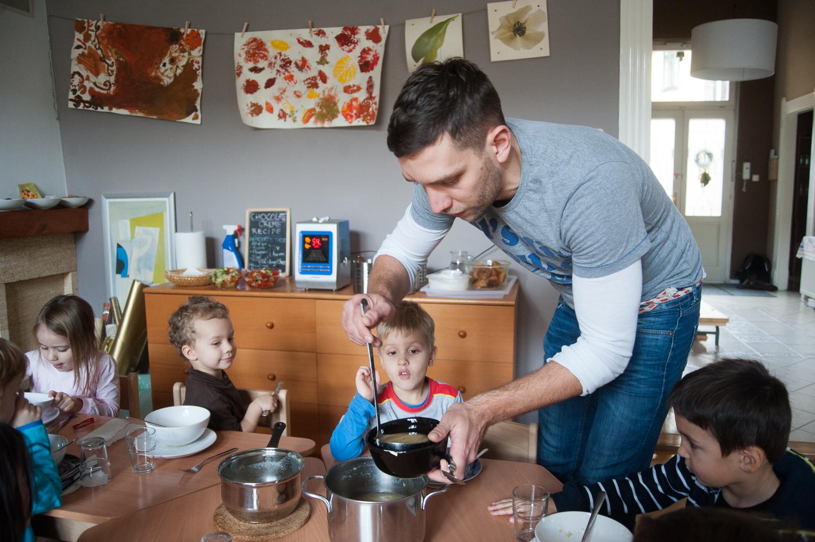 István ebédet szed a gyerekeknek