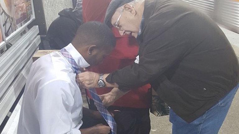 A hétköznapok hőse a bácsi, aki segített megkötni a srác nyakkendőjét