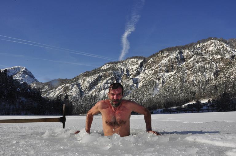 Wim Hof megmártózik a jeges vízben