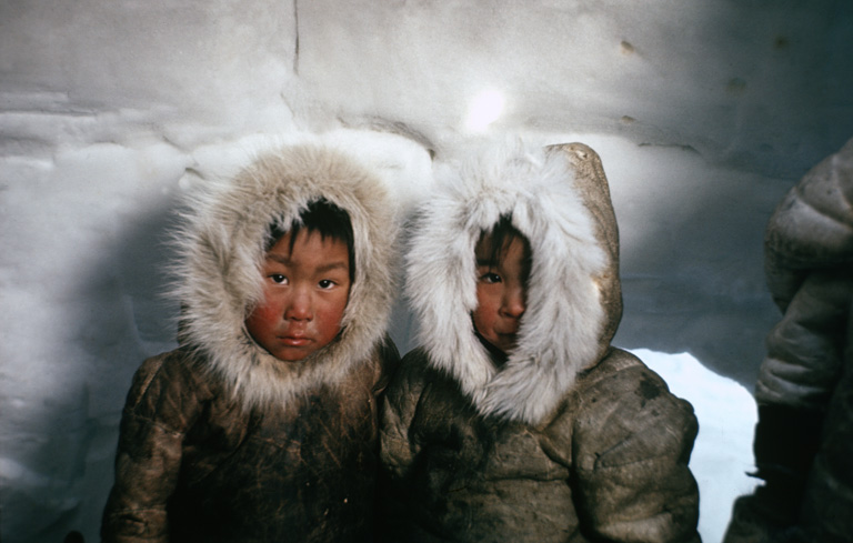 Eszkimó gyerekek egy igluban