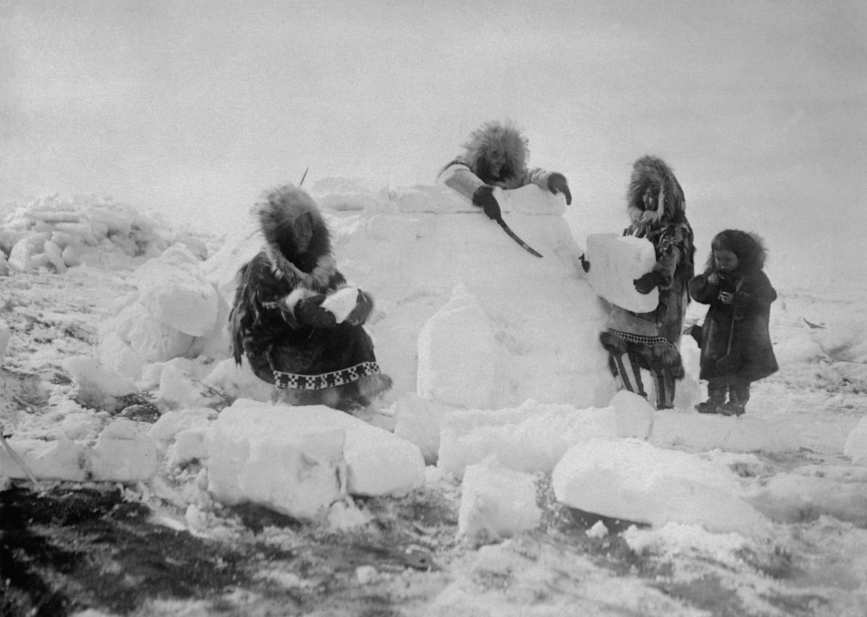 Eszkimó nők iglut építenek