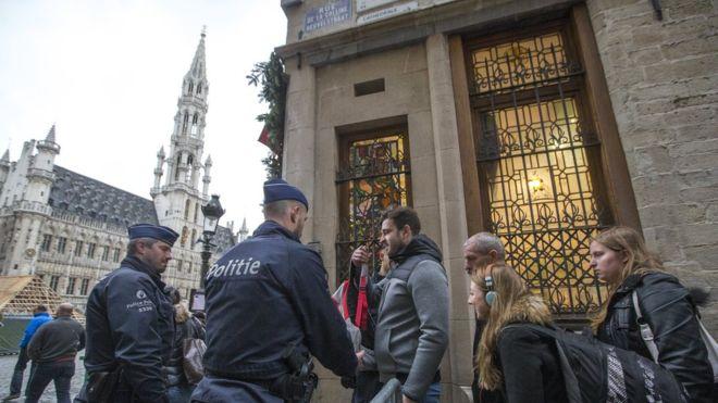 Brüsszelben bezár minden a terrorveszély miatt, fegyveresek vigyáznak a városra