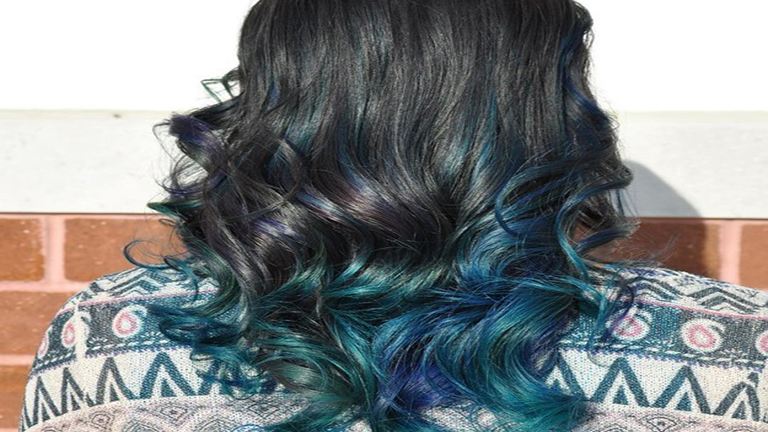 A legújabb hajtrend: szivárványos haj plexiüveggel