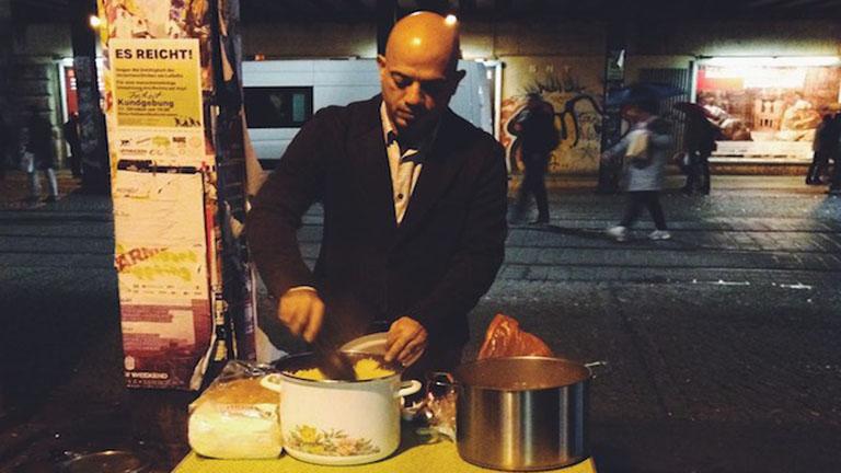 Hálából hajléktalanoknak főz a szír menekült
