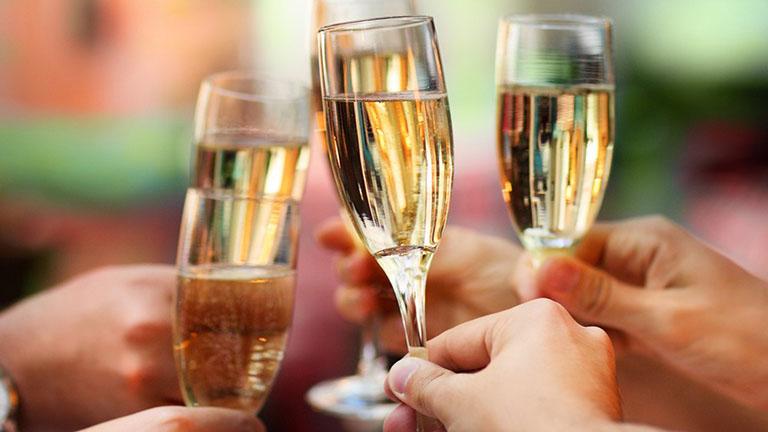 Jó hír az ünnepek előtt: egészségesebbek, akik pezsgőt isznak