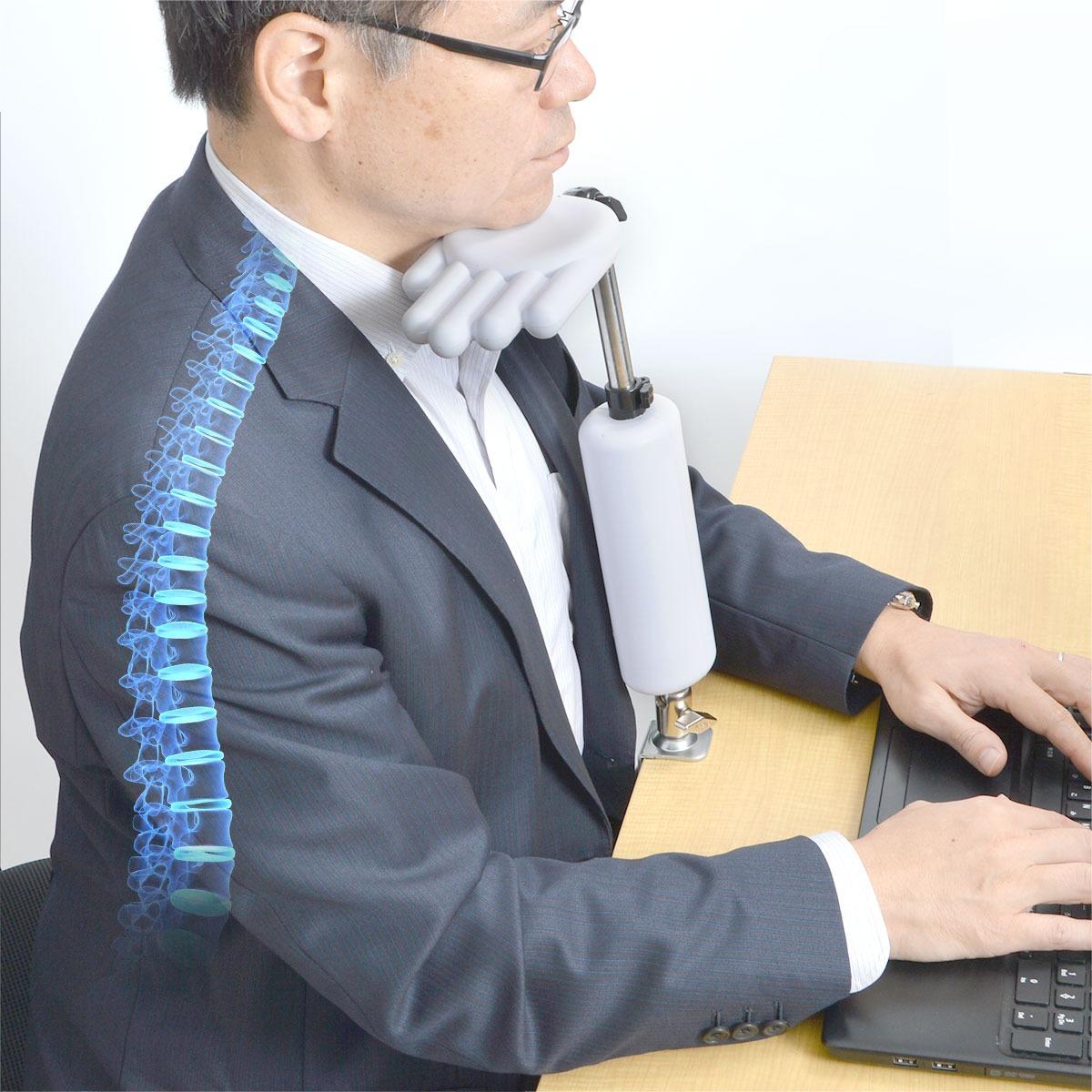 Egy furcsa műanyag kéz akadályozza meg az íróasztal feletti elalvást