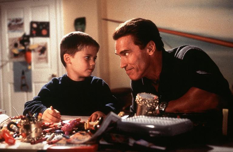 Jake Lloyd és Arnold Schwarzenegger a Hull a pelyhes c. filmben