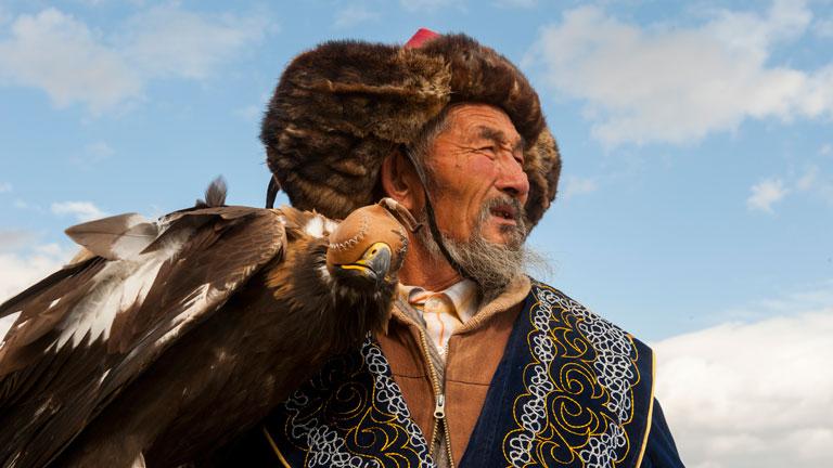 Kazah vadász és egy letakart fejű parlagi sas