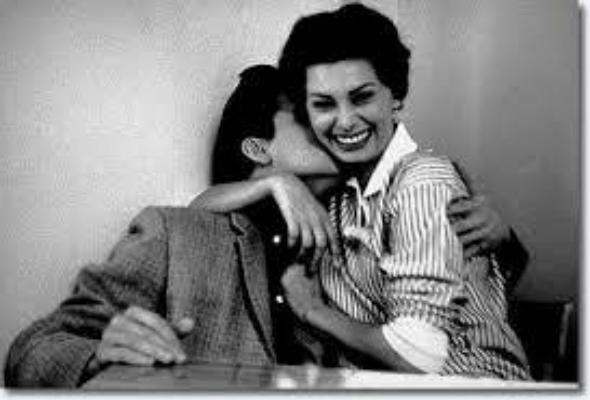 Régi fotón Sophia Lorent csókolja Elvis Presley