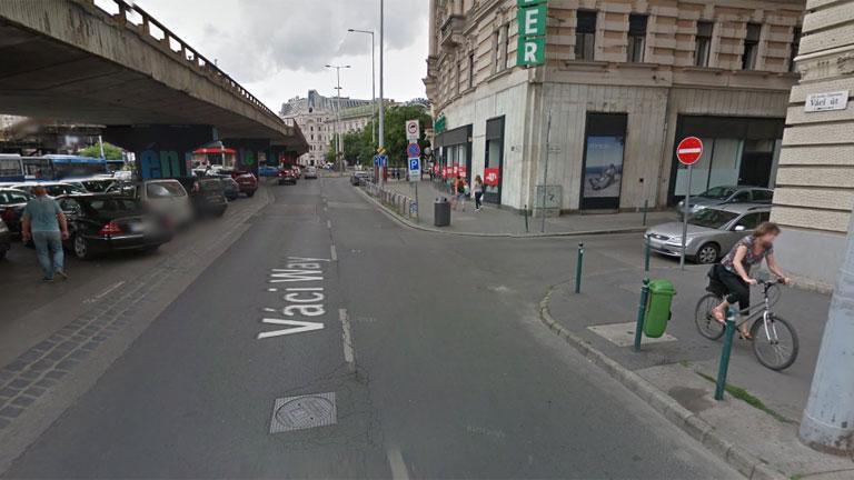 Jobbra látható a tábla, amely szerint 18:00-ig kell fizetni. A bal oldalra parkoló autósok számára semmi sem jelzi, hogy az ott már egy másik kerület. (Fotó: Google Maps)