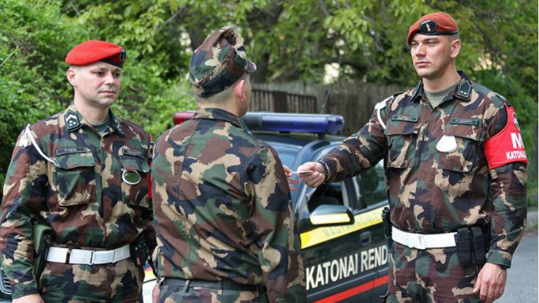 Terrrorveszély: Továbbra is jelen lesznek a közterületeken a katonai rendészek