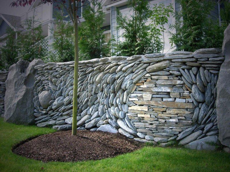 Az egyszerű kőfalat is feldobják a minták