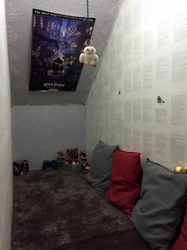 Lépcső alatti gardróbot rendezett be a Harry Potter rajongó