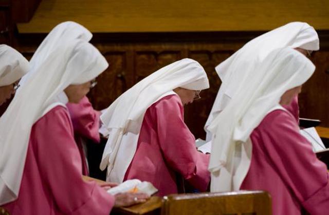 100 éve folyamatosan imádkoznak a rózsaszín ruhás apácák