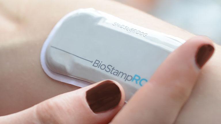 A BioStamp segítségével az orvos folyamatosan szemmel tarthatja páciense állapotát (Fotó: MC10)