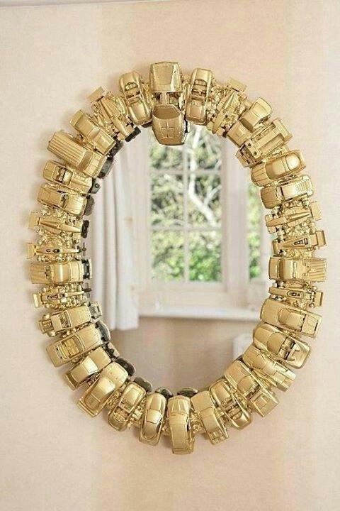 Az arany az idei év nagy divatja lesz. Miért ne lehetne a keret kis játékautókból?
