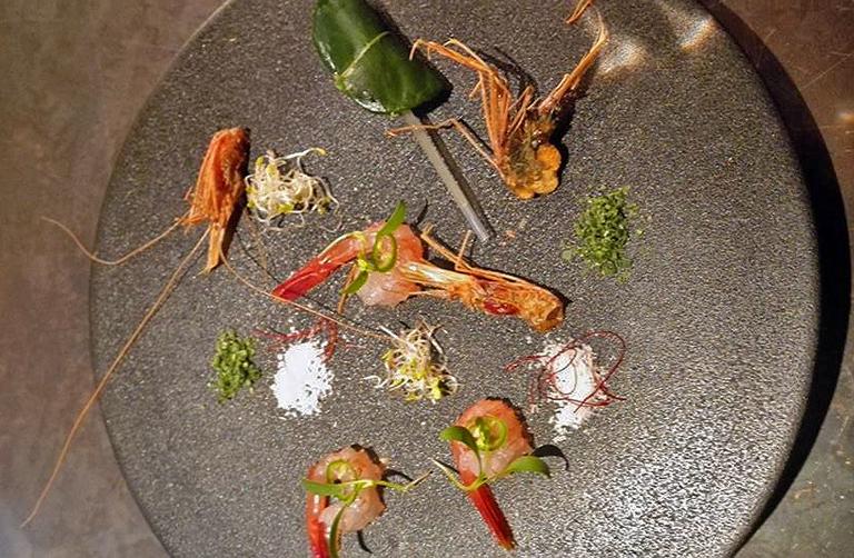 Dekonstruált thai leves, japán tálalásban (Fotó: Caroline Seville)