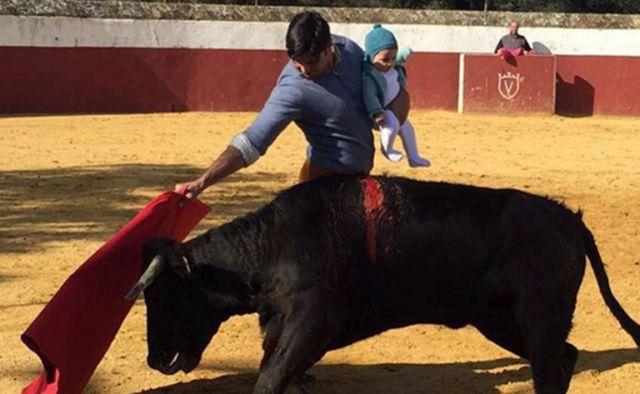 Mit keres egy baba a bikaviadalon a torreádor kezében?