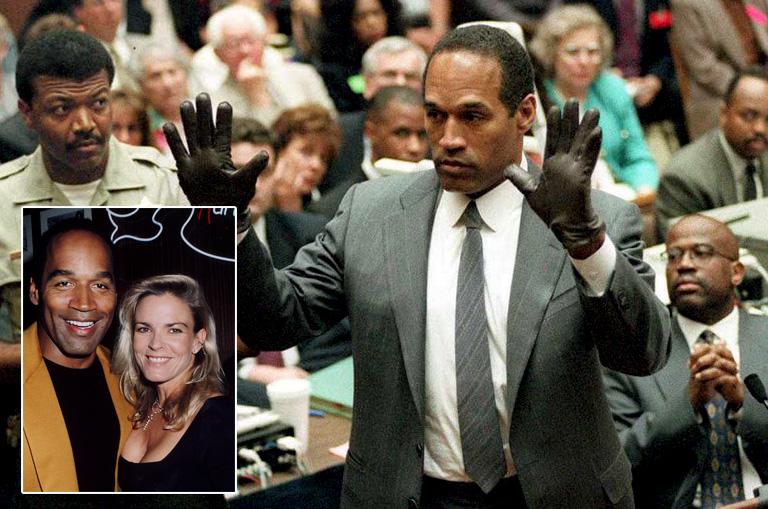 O.J. Simpson a gyilkosság helyszínén talált kesztyűvel azonos darabot próbál fel a bíróságon