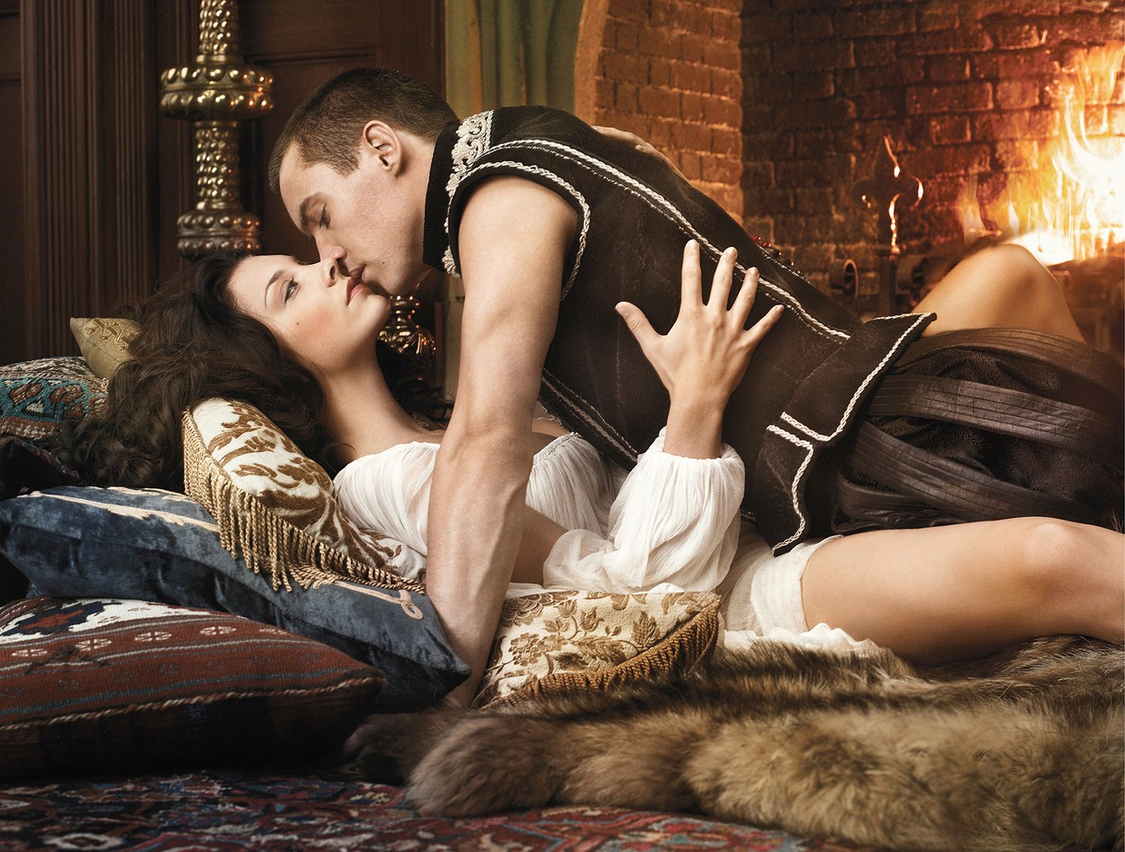 Natalie Dormer (Boleyn Anna) és Jonathan Rhys Meyers (VIII. Henrik) a Tudorok sorozatban