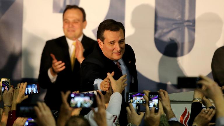 Ted Cruz fogadja egyik támogatója gratulációját Iowában