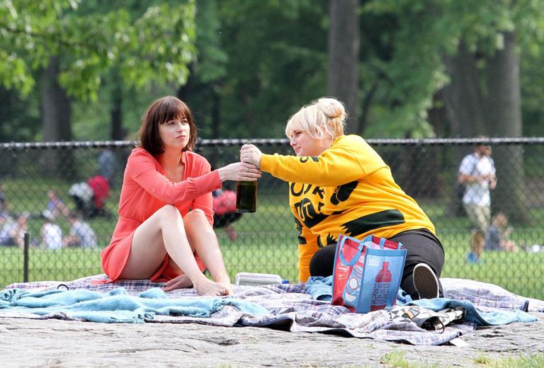 Dakota Johnson és Rebel Wilson a Hogyan legyünk szinglik c. filmben