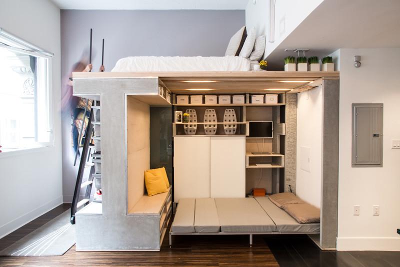Ami egyébként egy ágy alja. Bármennyire is picike a lakás, vendégeket is lehet hívni.