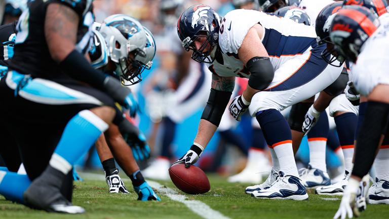 Az idei döntőben a Carolina Panthers (fekete mez) és a Denver Broncos (fehérmez) csapatai csapnak össze