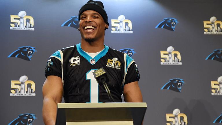 ...kisportolt férfiak. A képen Cam Newton, a Carolina Panthers irányítója látható. A bicepszével együtt.