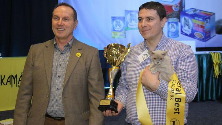 A Macskamánia Egyesület elnök, Aradi Béla és a kiállítás abszolút győztese a trófeával
