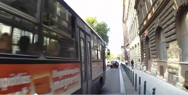 Le a kalappal a buszsofőr előtt